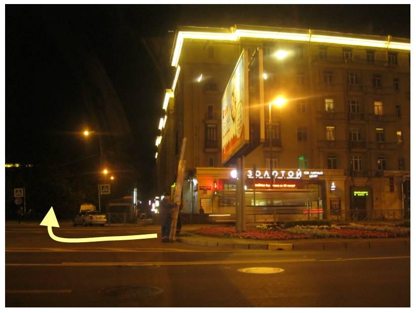 Фото 1. Т-образный перекрёсток Московского проспекта и Алтайской улицы, с которого Алтайская улица начинается (створ Алтайской улицы указан жёлтой стрелкой).