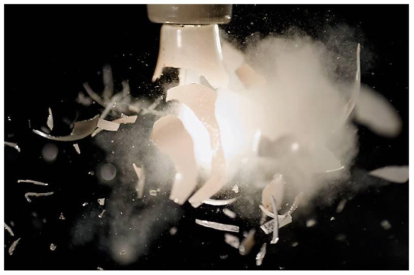 Фото 1. Взрыв лампы накаливания с формированием множества осколков.