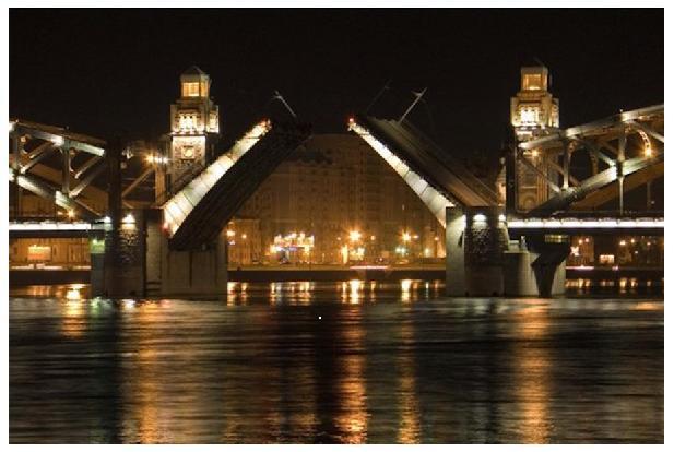 Фото 1. Вид на Малоохтинский проспект через разводную секцию Большеохтинского моста.